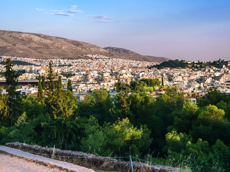 Ansicht von Athen gegen Hügel und Grün bei Sonnenuntergang stockfotos