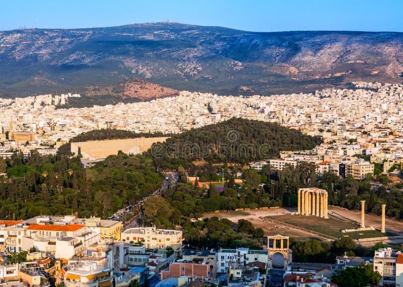 Ansicht von Athen, von Griechenland und von Tempel von Zeus Olympian von der Akropolise bei Sonnenuntergang stockbilder