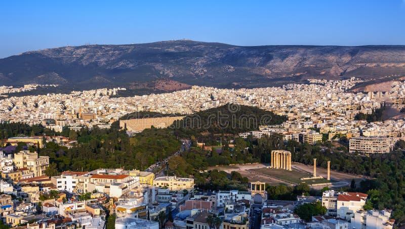 Ansicht von Athen, von Griechenland und von Tempel von Zeus Olympian von der Akropolise bei Sonnenuntergang lizenzfreie stockbilder