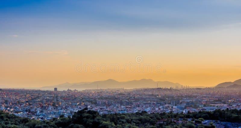 Ansicht von Athen- und Pireus-Hafen vom Akropolishügel gegen Sonnenuntergang, Griechenland lizenzfreie stockbilder