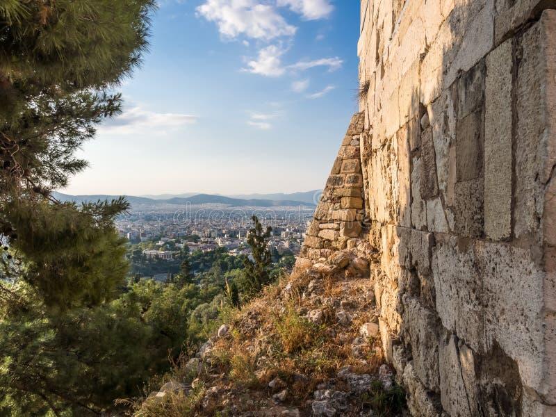 Ansicht von Athen vom Akropolishügel mit alten Wand und dem Grün gegen blauen Himmel lizenzfreie stockfotos