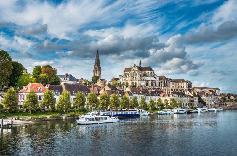 Ansicht von Auxerre in dem Fluss die Yonne, Burgunder, Frankreich lizenzfreie stockbilder
