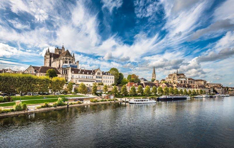 Ansicht von Auxerre in dem Fluss die Yonne, Burgunder, Frankreich lizenzfreies stockbild