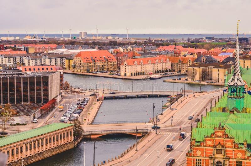 Ansicht von Børsen, alias von Börse Børsbygningen, von Danmarks Nationalbank und von Kopenhagen-Hafen Kopenhagen, Dänemark stockbild