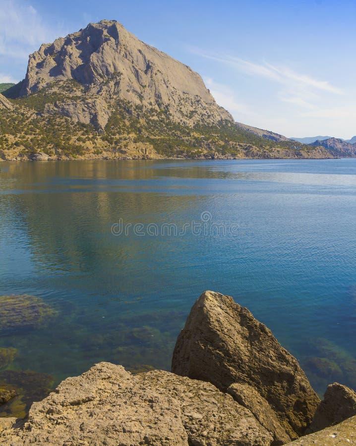 Ansicht von Berg Falken vom gegenüberliegenden felsigen Ufer der Bucht stockfotos