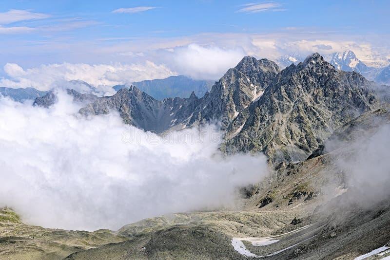 Ansicht von Berg Kursk K-141 und von Dashikhokh-Berg, Kaukasus lizenzfreie stockfotografie