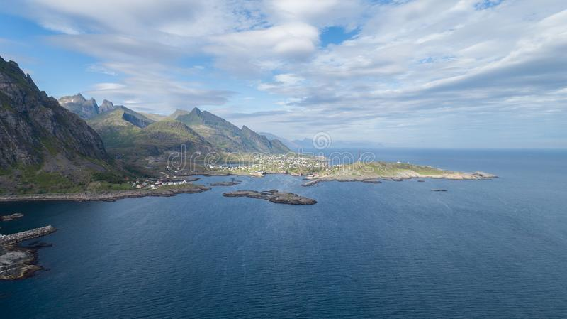 Ansicht von Bergen und von Stra?e in Lofoten-Inseln, Norwegen Sch?nes Sommerpanorama lizenzfreie stockfotografie