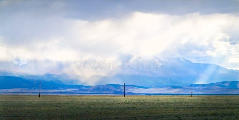 Ansicht von bewölkten Spitzen von Tavan-Bogdo-Ulagebirgsrücken lizenzfreies stockbild