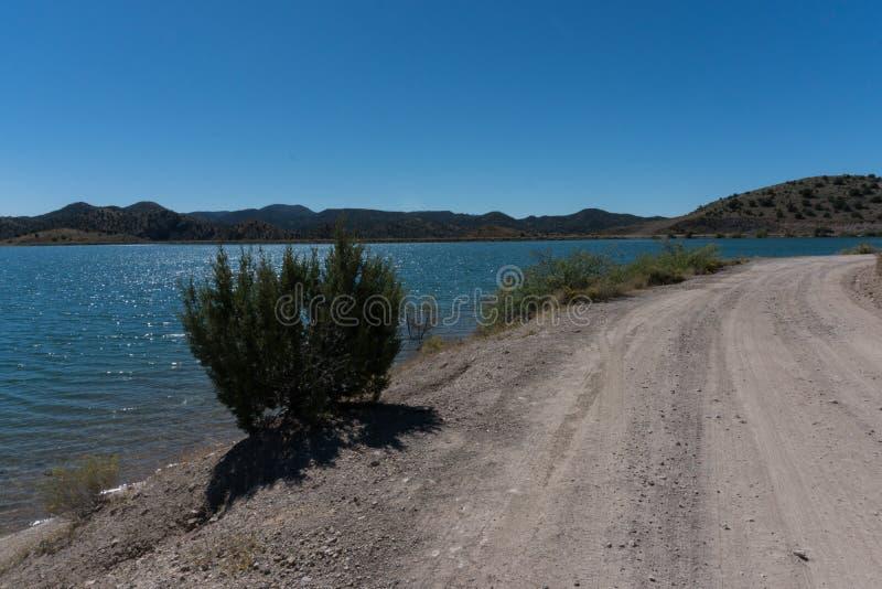 Ansicht von Bill Evans Lake-Fahrbahn nahe silberner Stadt im New Mexiko stockfotos