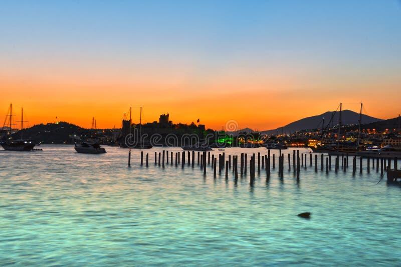 Ansicht von Bodrum-Hafen und von Schloss von St Peter nach Sonnenuntergang lizenzfreie stockfotos