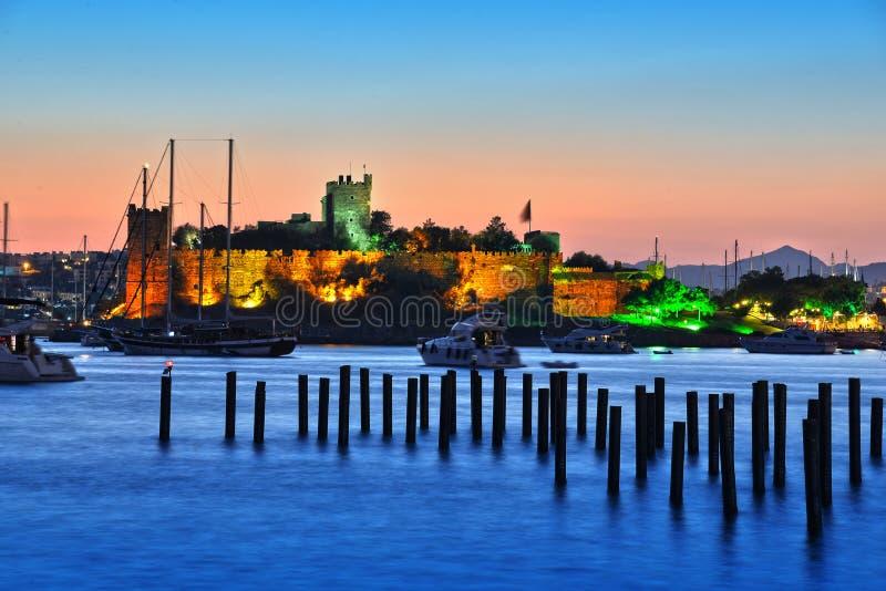 Ansicht von Bodrum-Hafen und von Schloss von St Peter nach Sonnenuntergang stockfotos