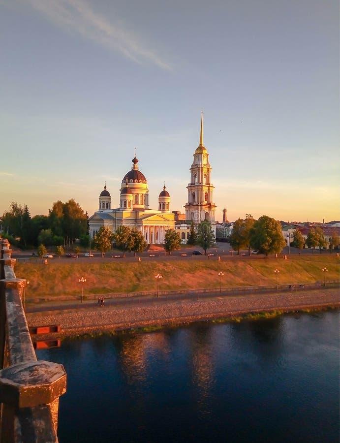 Ansicht von Brücke zu Kirche bei Sonnenuntergang lizenzfreie stockfotos