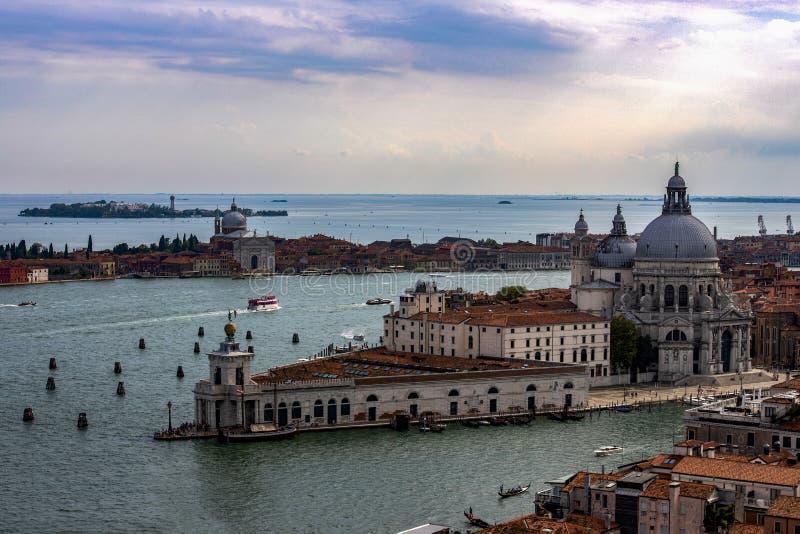 Ansicht von Campanile di San Marco zu Grand Canal - und Basilikadi Santa Maria della Salute in Venedig, Italien stockbilder