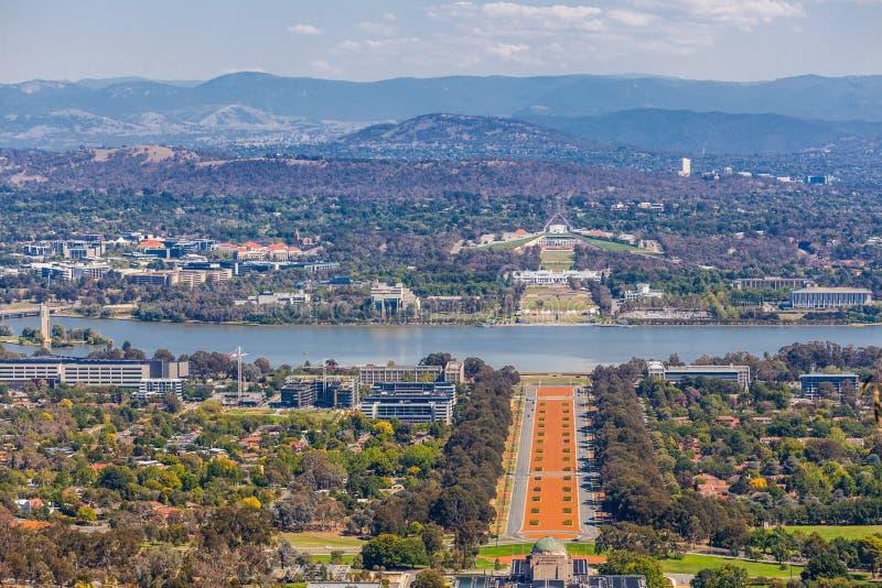 Ansicht von Canberra von Berg Ainslie-Ausblick - ANZAC Parade, Parlamentsgebäude und moderne Architektur mit Bergen im backgroun lizenzfreies stockbild