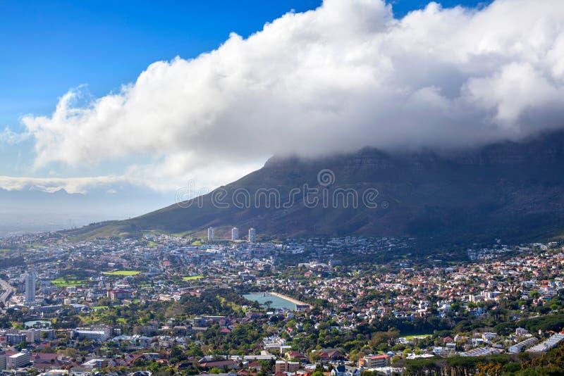 Ansicht von Cape Town auf Tafelberg und enormer weißer Wolke auf Hintergrund des blauen Himmels, Südafrika lizenzfreie stockfotos