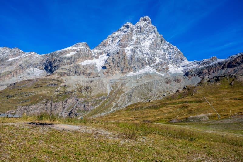 Ansicht von Cervino-Berg Matterhorn von der Kabelbahnstation des Planes Maison, über der Gebirgstouristischen Stadt von Breuil-Ce lizenzfreies stockfoto
