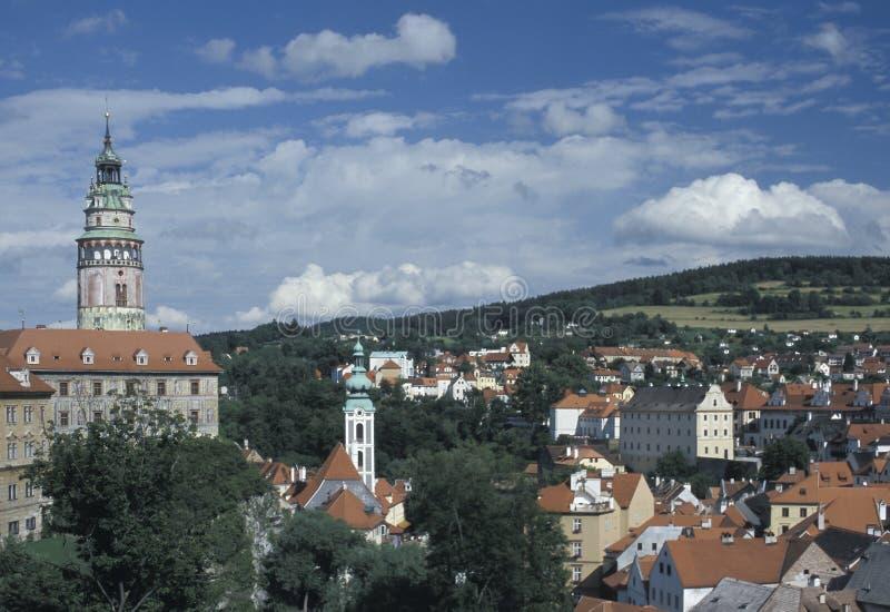 Ansicht von Cesky Krumlov mit dem runden gemalten Turm seines Schlosses und der Kirche von St. Jost Cesky Krumlov ist eine von hö lizenzfreie stockfotografie