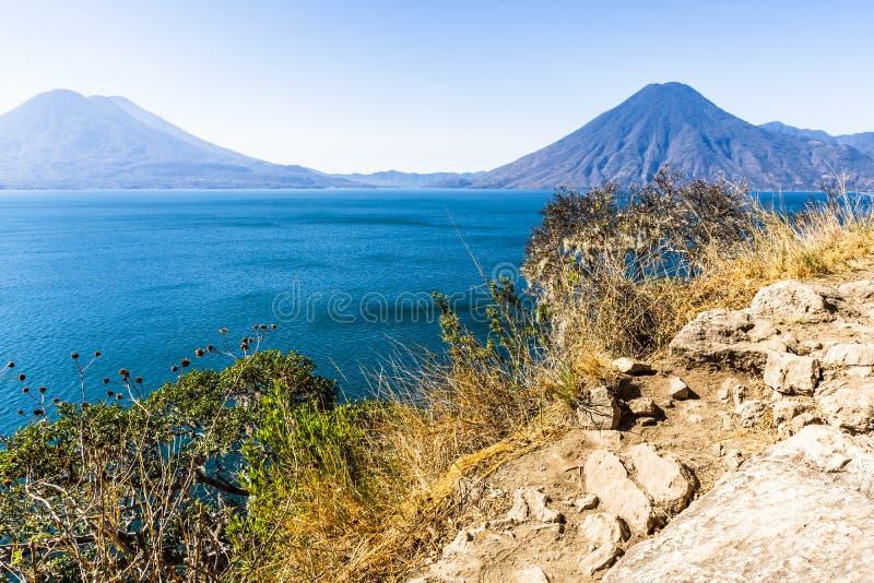 Ansicht von clifftop Standpunkt über See Atitlan zu den Vulkanen, Guatemala lizenzfreies stockbild
