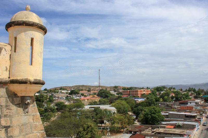 Ansicht von Cumana-Schloss zu den Stadtstraßen stockfotografie