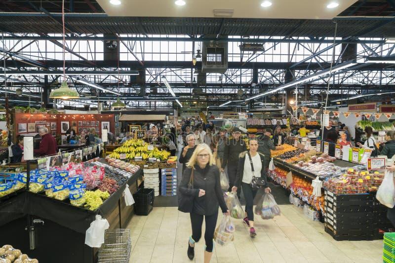 Ansicht von den Leuten, die den Prahran-Markt in Melbourne besuchen lizenzfreie stockfotografie