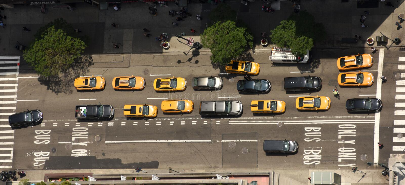 Ansicht von den Wolkenkratzern auf den Straßen von New York City Beschneidungspfad eingeschlossen lizenzfreie stockfotografie