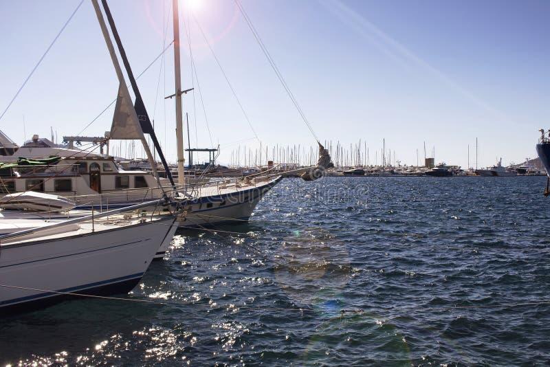 Ansicht von den Yachtsegelbooten geparkt stockbilder