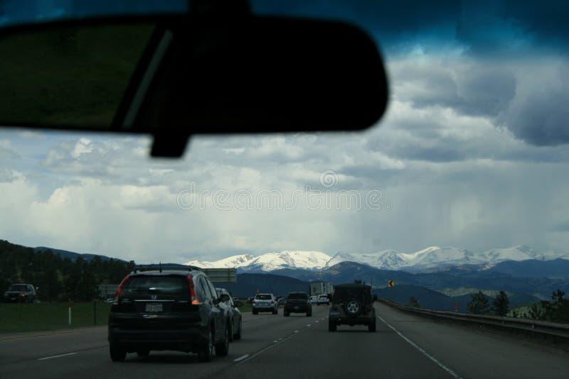 Ansicht von der Bahn auf den schneebedeckten Spitzen des Rocky Mountains n Denver, USA stockfoto