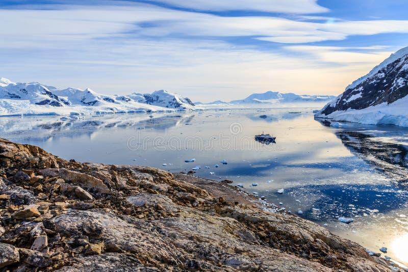 Ansicht von der felsigen Küste zur Neco-Bucht umgeben durch Gletscher lizenzfreie stockbilder