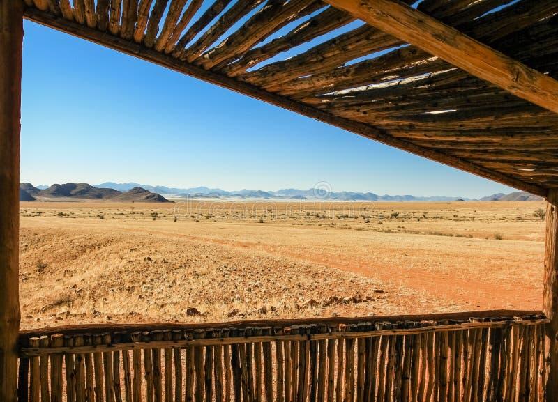 Ansicht von der hölzernen Kabine, zum der Savannenebene und -berge zu verlassen stockbild