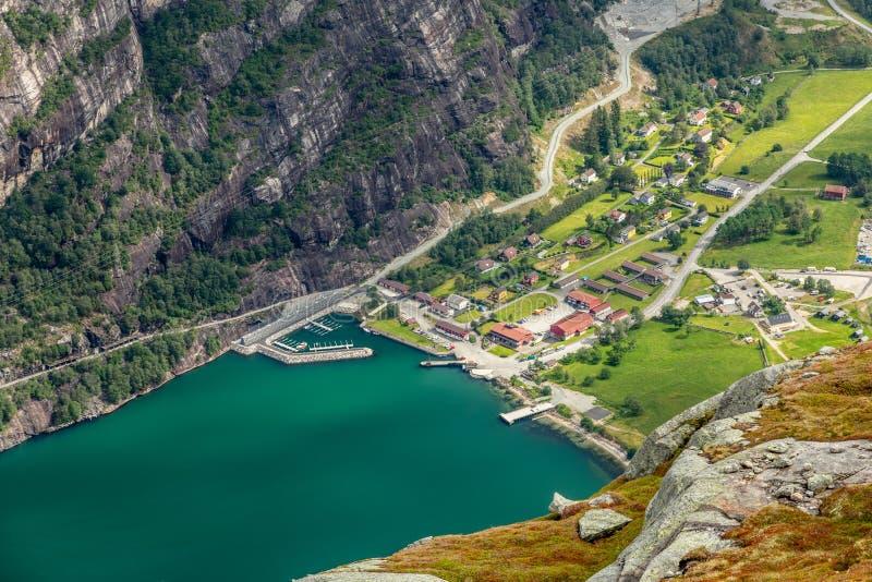 Ansicht von der Kjerag-Spur zu kleiner norwegischer Stadt Lyseboth gelegen am Ende von Lysefjord, Forsand-Stadtbezirk, Rogaland-G stockbild