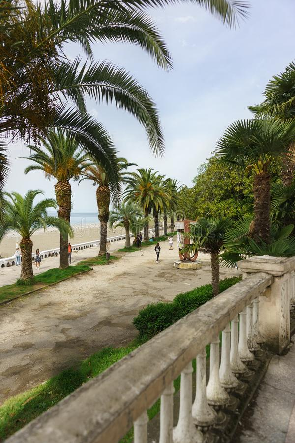 Ansicht von der Kolonnade auf Ardzinba-Allee in Richtung zum Meer und zum Küste Park stockfotografie