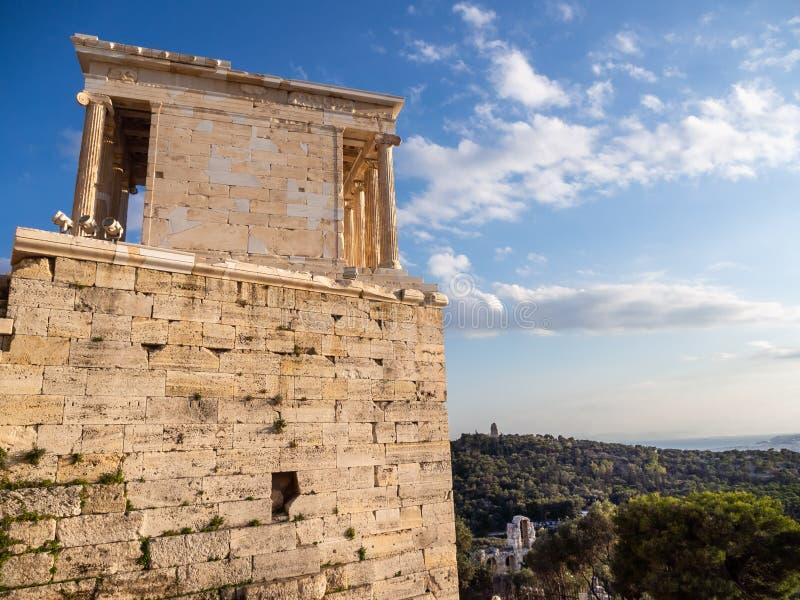 Ansicht von der Nebenwirkung des Tempels von Athena Nike im Akropolisbereich von Athen, Griechenland, welches die Stadt übersieht stockbilder