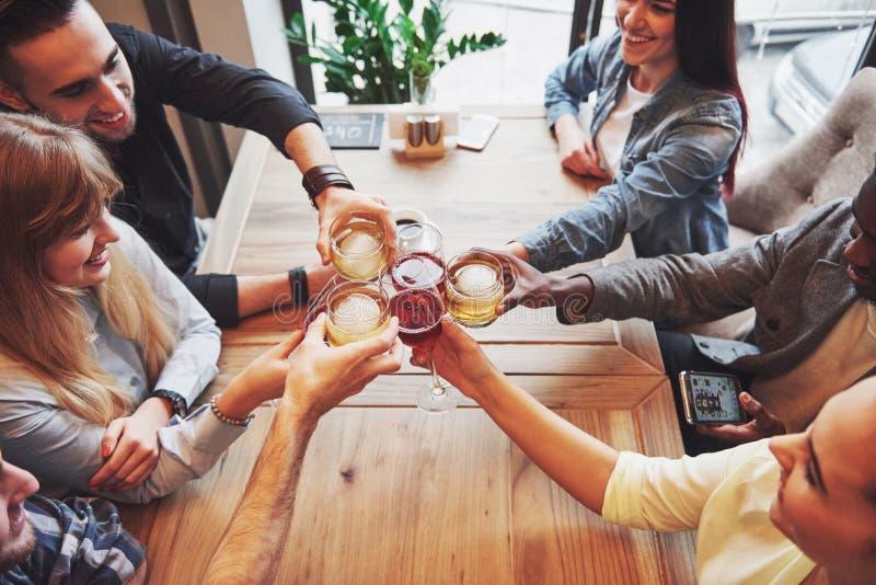 Ansicht von der Oberseite Hände von Leuten mit den Gläsern Whisky oder Wein, feiernd und rösten zu Ehren der Hochzeit oder lizenzfreies stockfoto