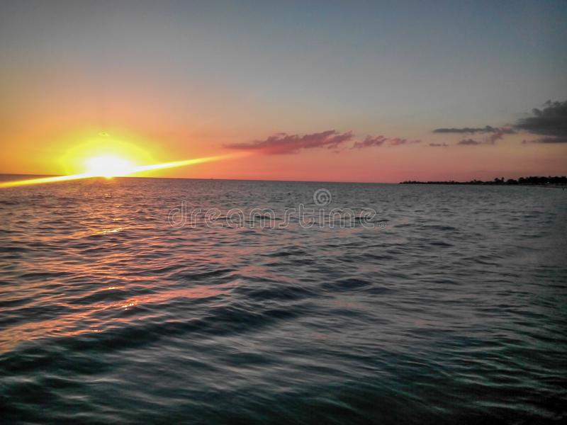 Ansicht von der Plattform des Kreuzschiffs mit schönem, Sonnenaufgang unter Wasser stockbild