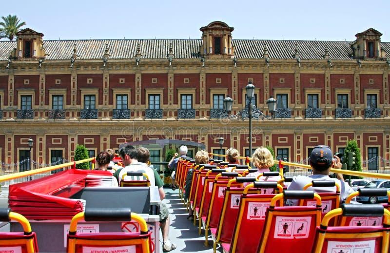 Ansicht von der Rückseite der Spitzenplattform auf geöffnetem roofed Reisebus stockbild