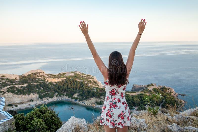 Ansicht von der Spitze auf Anthony Quinn Bay und Strand, Rhodos in Faliraki lizenzfreie stockfotos