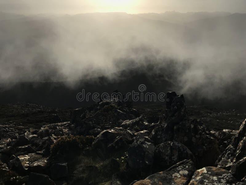 Ansicht von der Spitze von Berg-hartz Spitzen-Tasmanien-Nebel stockbilder