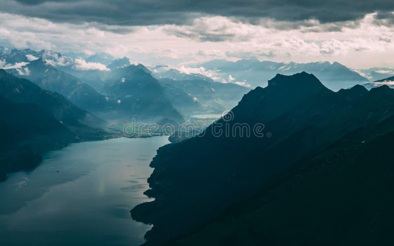 Ansicht von der Spitze des Berges zu einem blauen See bedeckt in den Wolken, die brienzer rothorn Schweiz-Alpen lizenzfreies stockfoto