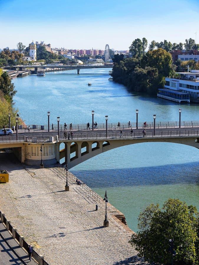 Ansicht von der Spitze des goldenen Turms auf den Banken des Flusses Guadalquivir in Sevilla Spanien lizenzfreie stockfotos