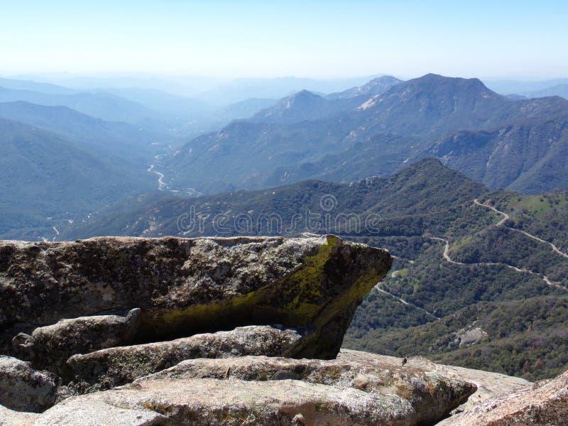 Ansicht von der Spitze Unterlassungsberge Moro Rocks und der Täler - Mammutbaum-Nationalpark, Kalifornien, Vereinigte Staaten lizenzfreie stockfotos