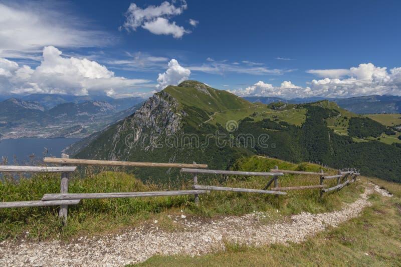 Ansicht von der Spur bei Monte Baldo, Malcesine, Lombardei, Italien lizenzfreie stockbilder