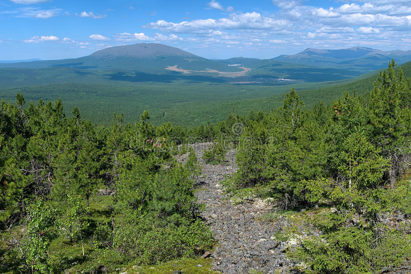 Ansicht von der Steigung dritten Bugor-Bergs, Nord-Ural lizenzfreie stockfotografie