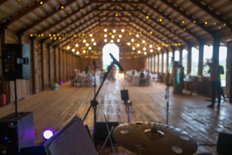 Ansicht von der Trommel stellte auf Stadium mit Fokus auf Mikrofon ein Heirat in einem alten Bauernhofdachboden stockfotografie