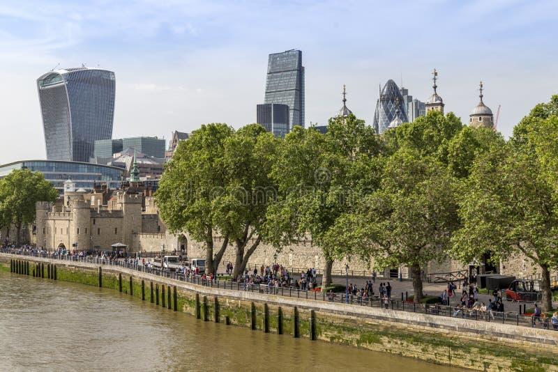 Ansicht von der Turm-Brücke des Tower von London mit modernen Gebäuden im Hintergrund stockfotos