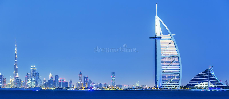 Ansicht von Dubai-Skylinen bis zum Nacht lizenzfreie stockfotografie