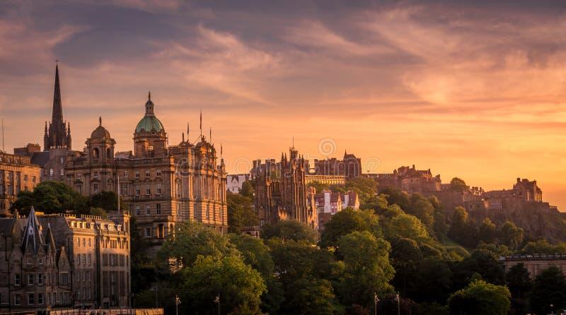 Ansicht von Edinburgh im Sonnenunterganglicht von der Seite stockfotografie
