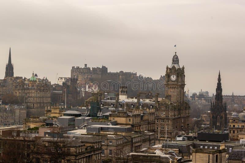 Ansicht von Edinburgh mit den ber?hmten Anziehungskr?ften stockfotos