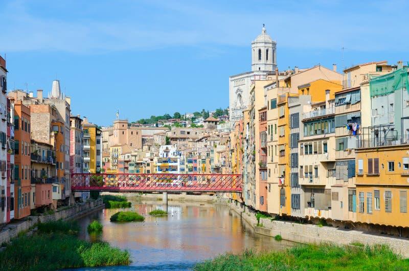Ansicht von Eiffel-Brücke über Fluss, Kathedrale und Gebäuden Onyar in der historischen Mitte, Girona, Spanien stockbild