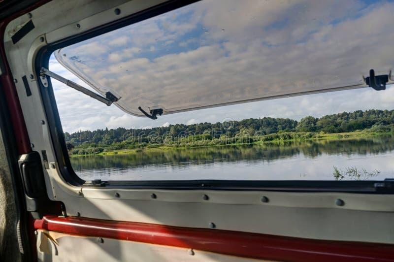 Ansicht von einem Fenster des Campers zu schönem See lanscape stockfotos
