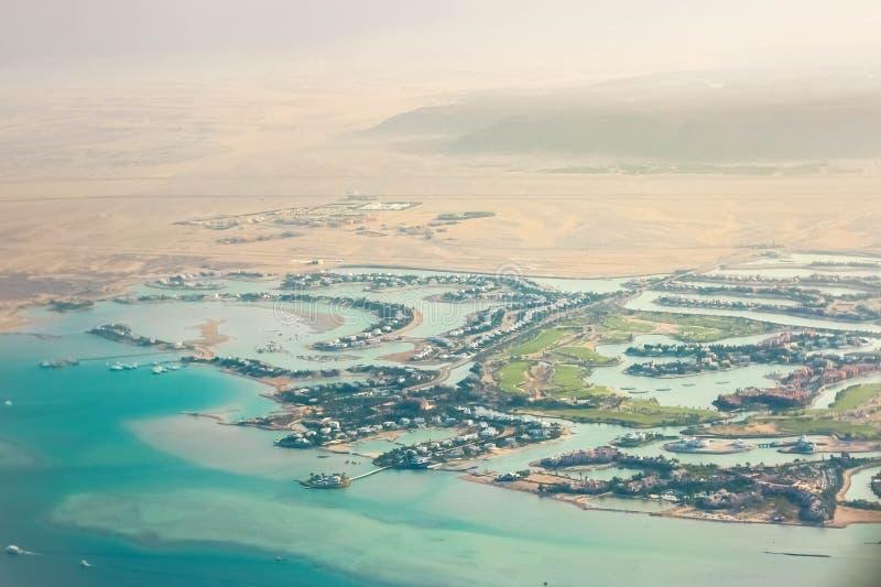 Ansicht von einem flachen Fenster auf dem Erholungsortstrandbereich des Roten Meers Es ist ein Teil der Wüste, Häuschen von Hotel lizenzfreies stockfoto